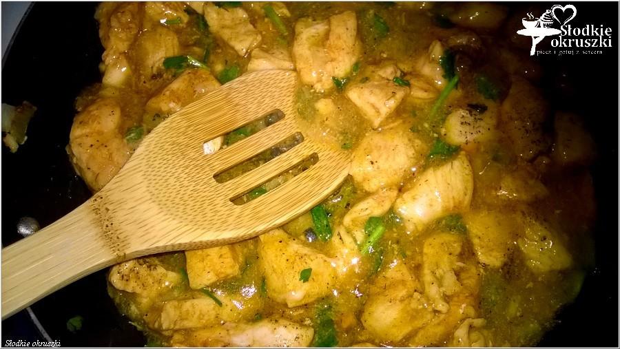 Kurczak w ziołowym sosie na ryżu (3)