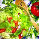 Lekka sałatka z pomidorem, rzodkiewką i chia