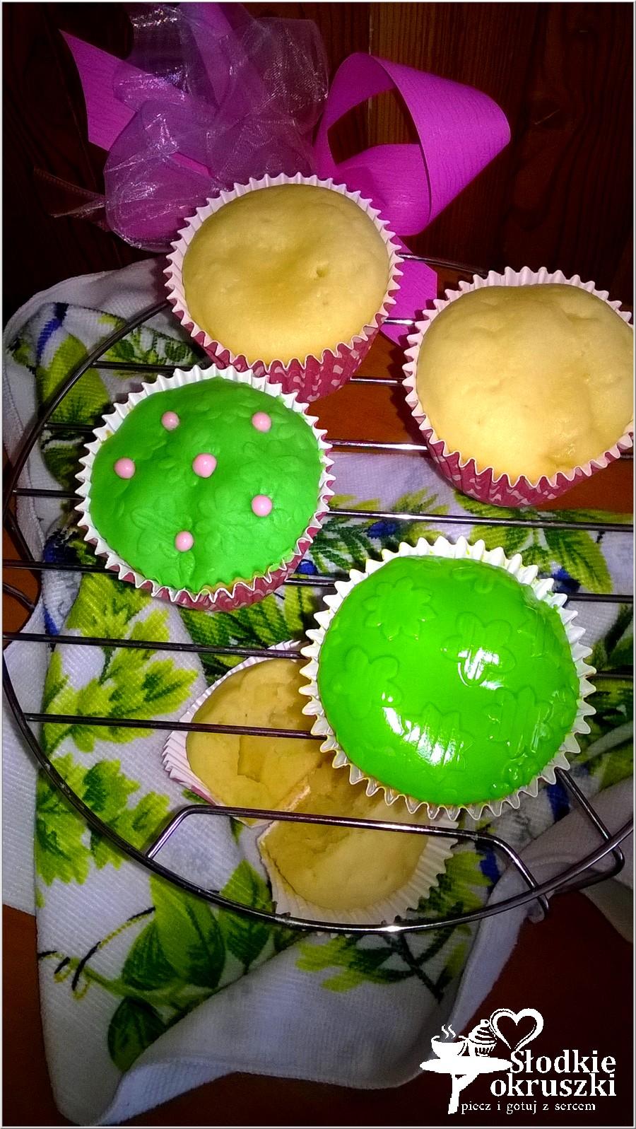 Mleczne babeczki z ananasem z zieloną łączką (1)