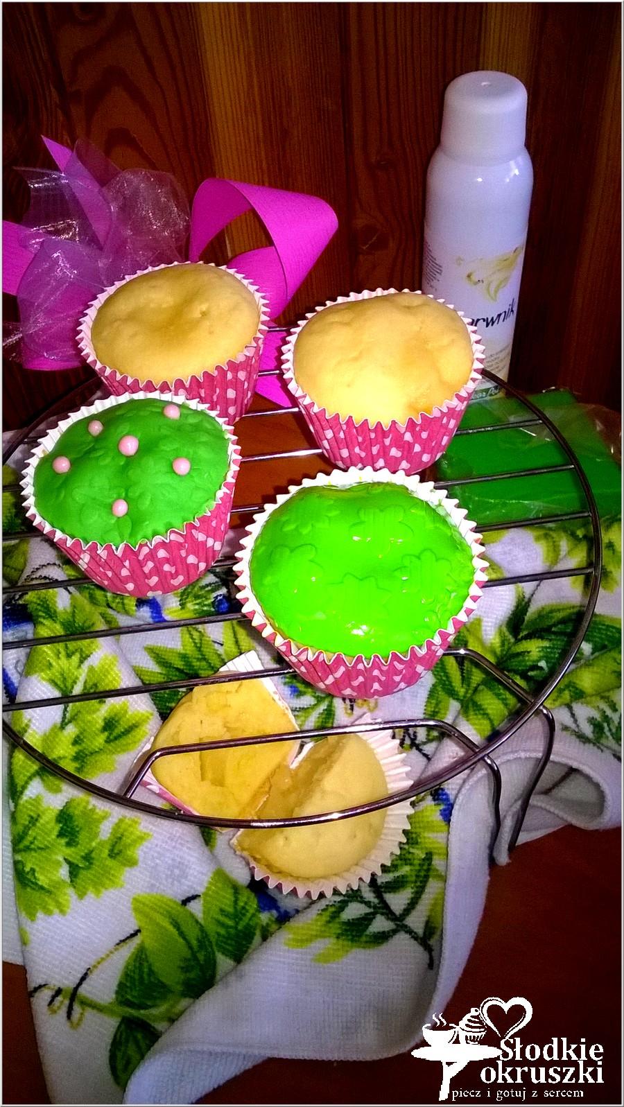 Mleczne babeczki z ananasem z zieloną łączką (3)