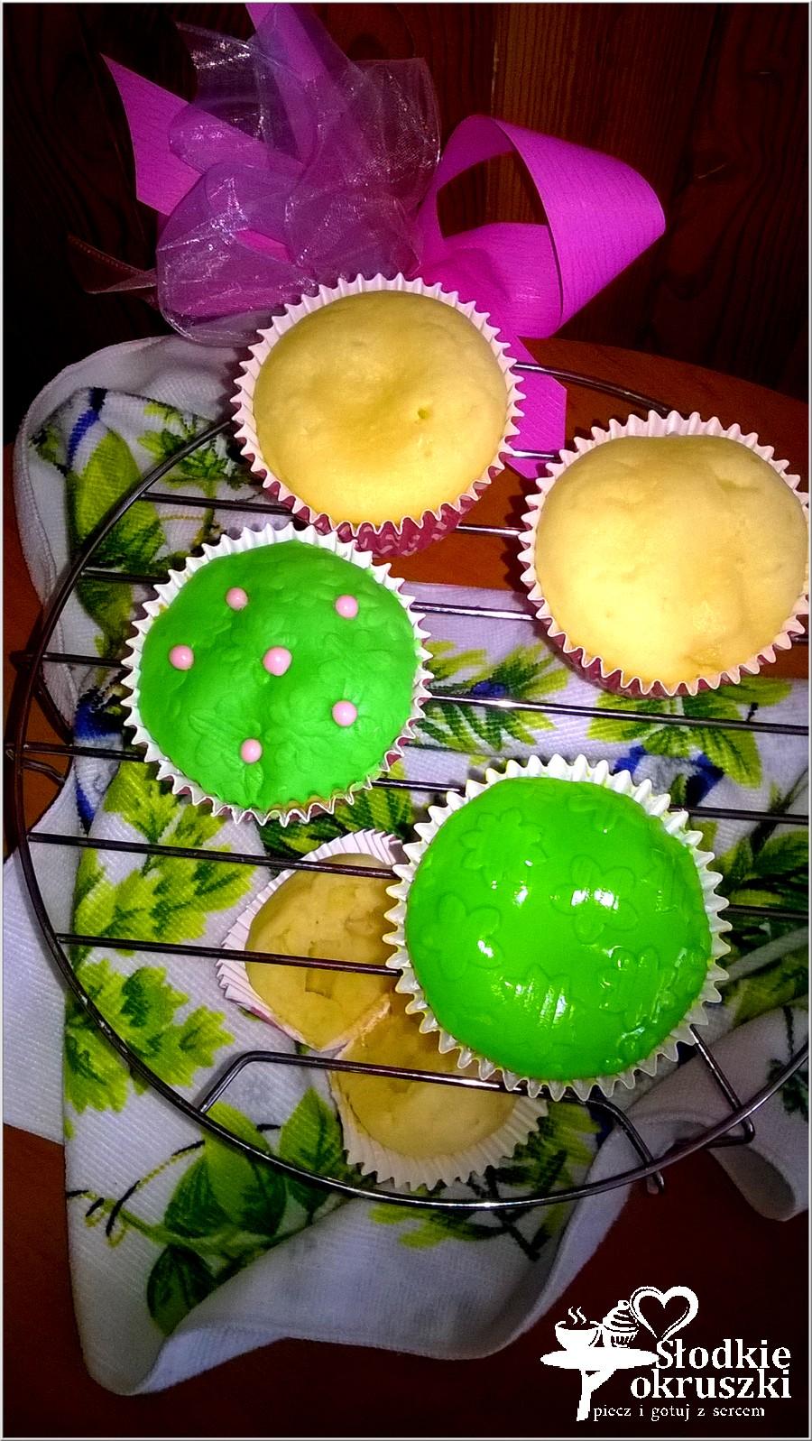 Mleczne babeczki z ananasem z zieloną łączką (4)