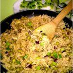 Smażony ryż z jajkiem i zielonym groszkiem