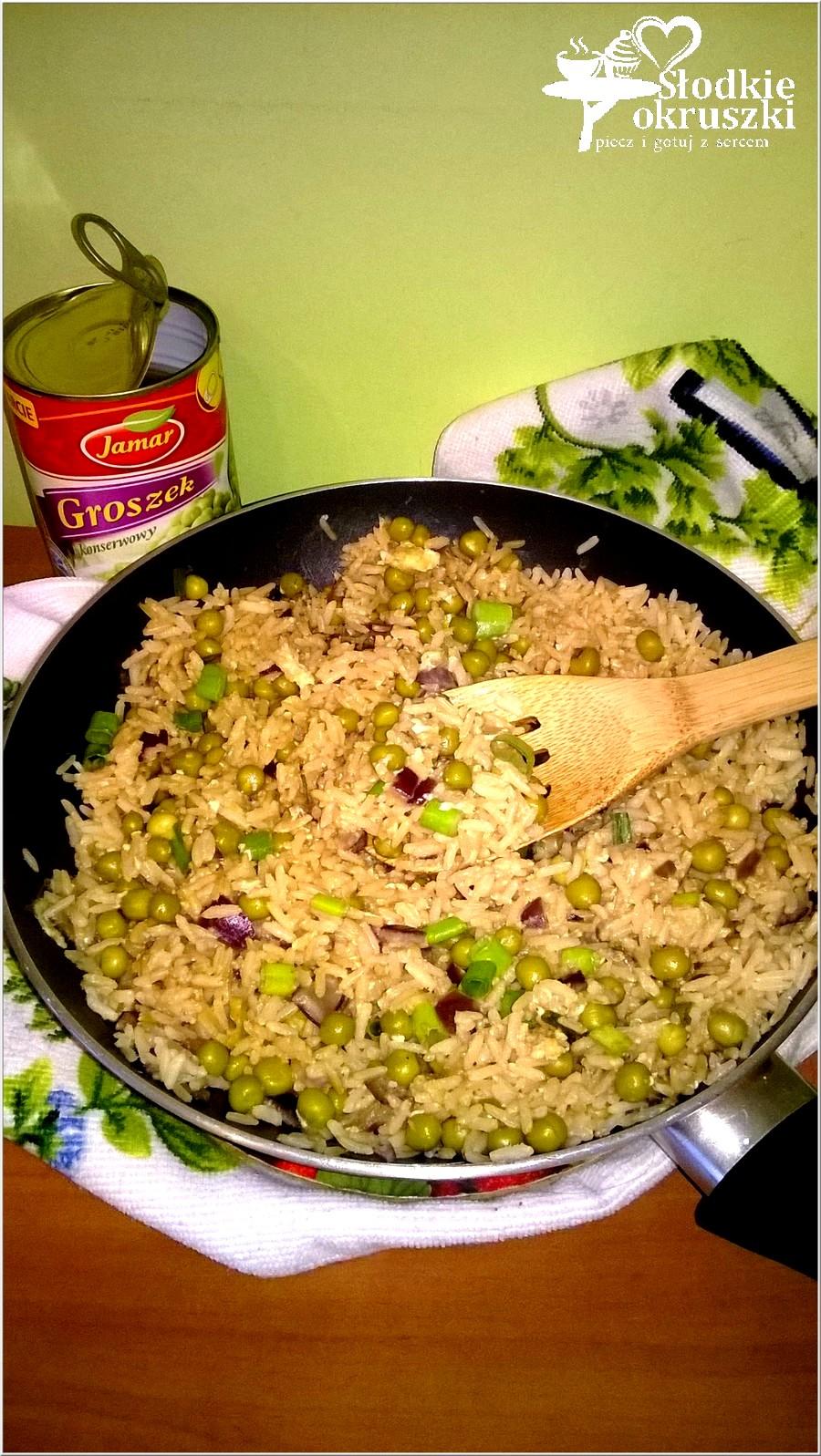 Smażony ryż z jajkiem i zielonym groszkiem (2)