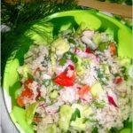 Zdrowa sałatka z kaszą jęczmienną i warzywami
