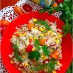Sałatka na bazie kaszy jęczmiennej z tuńczykiem, kukurydzą, papryką i pomidorkami paprykowymi.