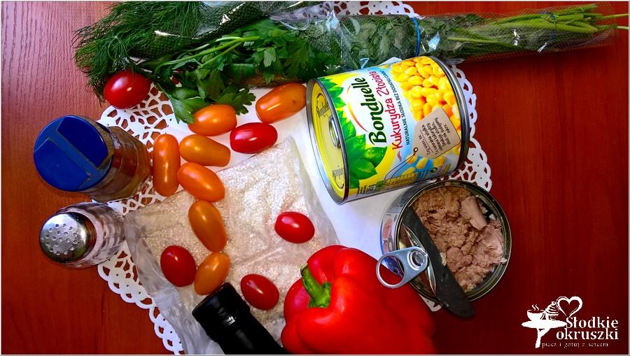Sałatka na bazie kaszy jęczmiennej z tuńczykiem, kukurydzą, papryką i pomidorkami paprykowymi. (5)