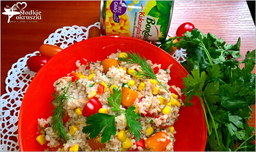 Sałatka na bazie kaszy jęczmiennej z tuńczykiem, kukurydzą, papryką i pomidorkami paprykowymi. (6)