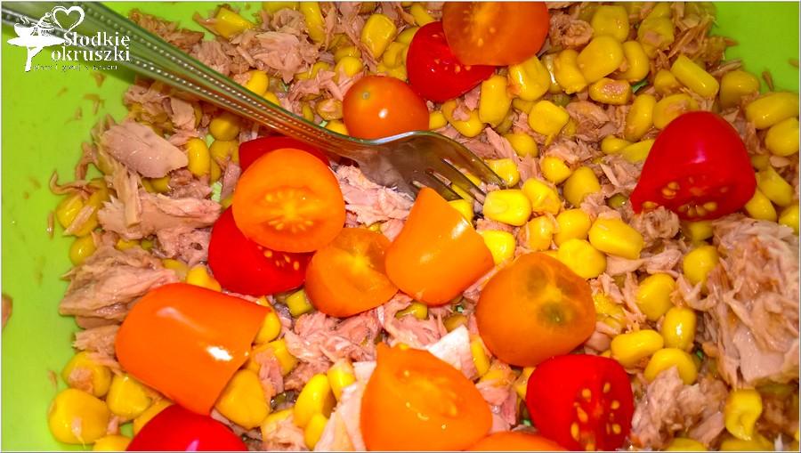Sałatka na bazie kaszy jęczmiennej z tuńczykiem, kukurydzą, papryką i pomidorkami paprykowymi. (7)