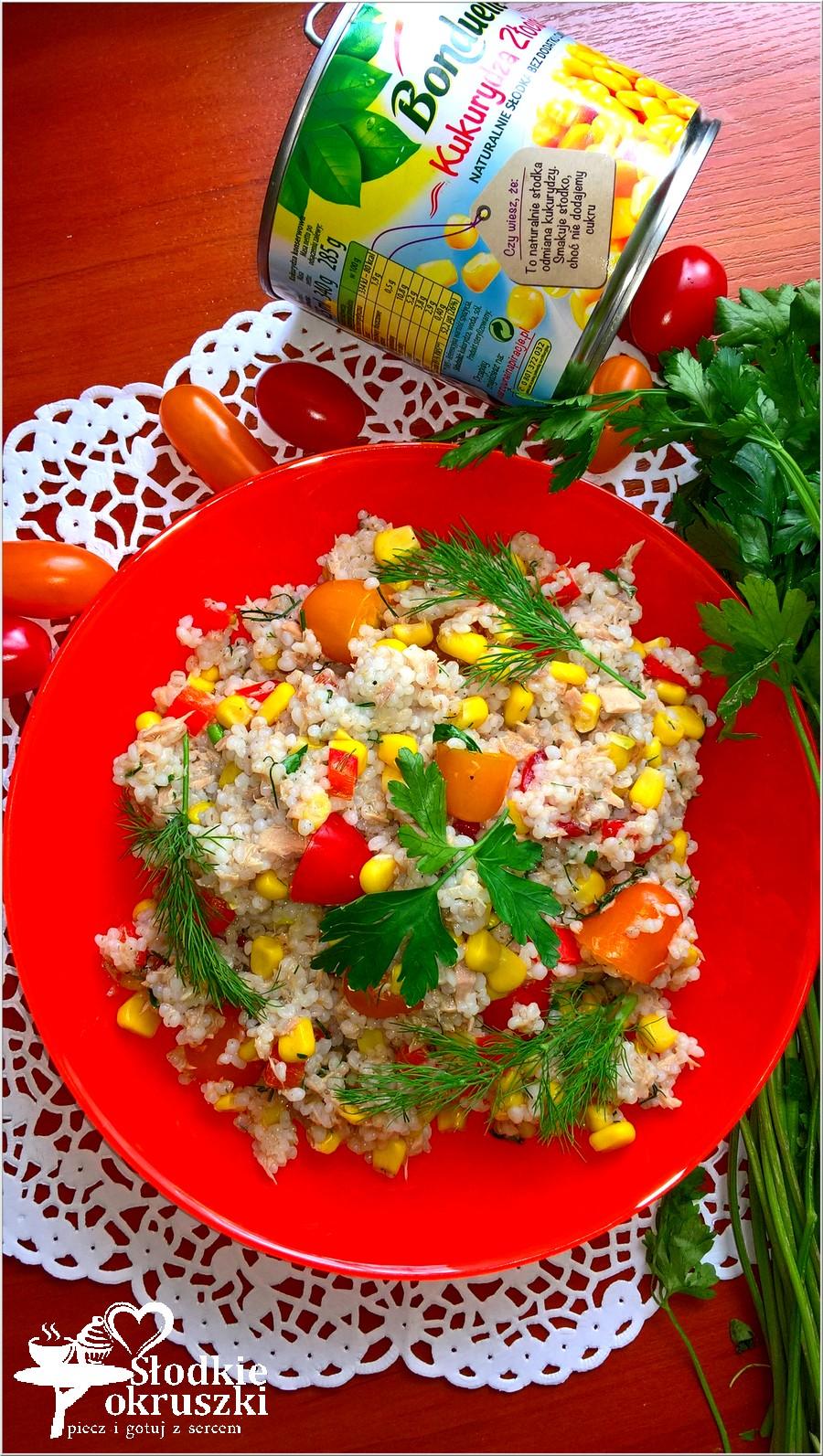 Sałatka na bazie kaszy jęczmiennej z tuńczykiem, kukurydzą, papryką i pomidorkami paprykowymi