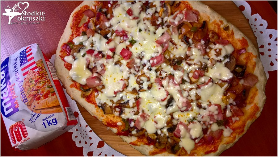 Domowa pizza z szynką. Prosty przepis na pizzę