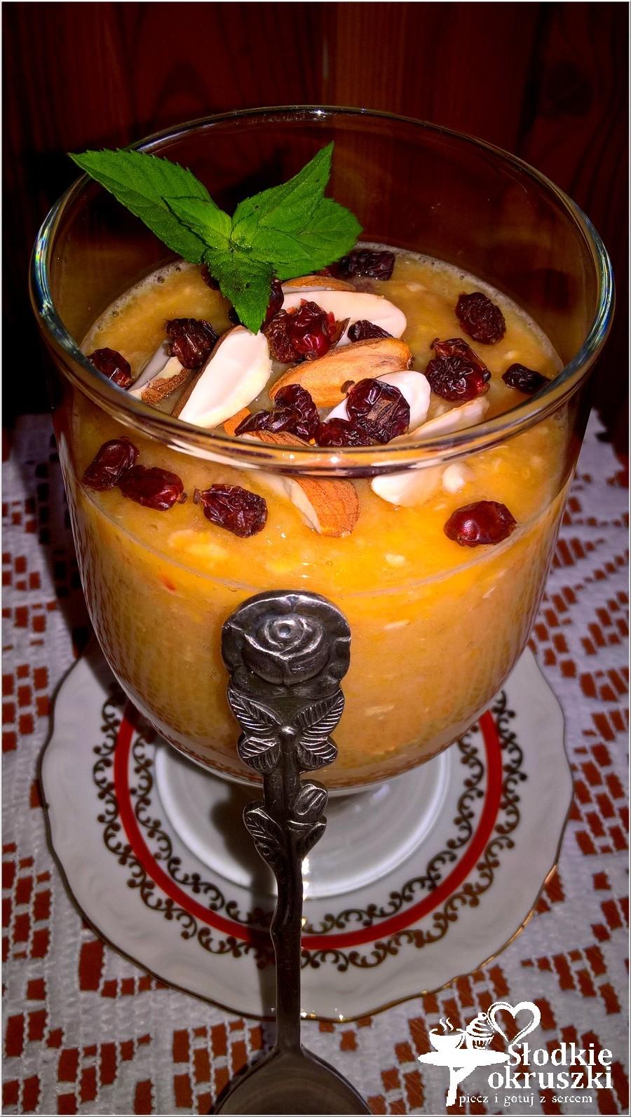 Gęste smoothie z otrębami, berberysem i migdałami (1)