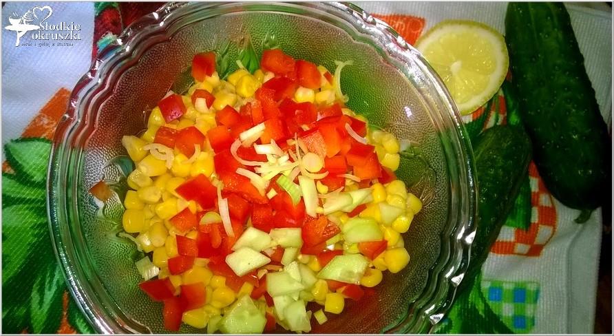 Kolorowa surówka obiadowa z zielonym ogórkiem, papryką i kukurydzą (1)