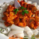 Makaron ryżowy z sosem kabaczkowo-pieczarkowym. Szybki i lekki obiad.
