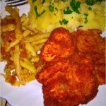 Tradycyjny obiad. Panierowane kotlety z piersi kurczaka z fasolką.