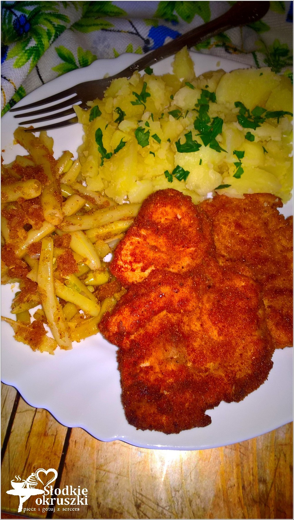 Tradycyjny obiad. Panierowane kotlety z piersi kurczaka z fasolką