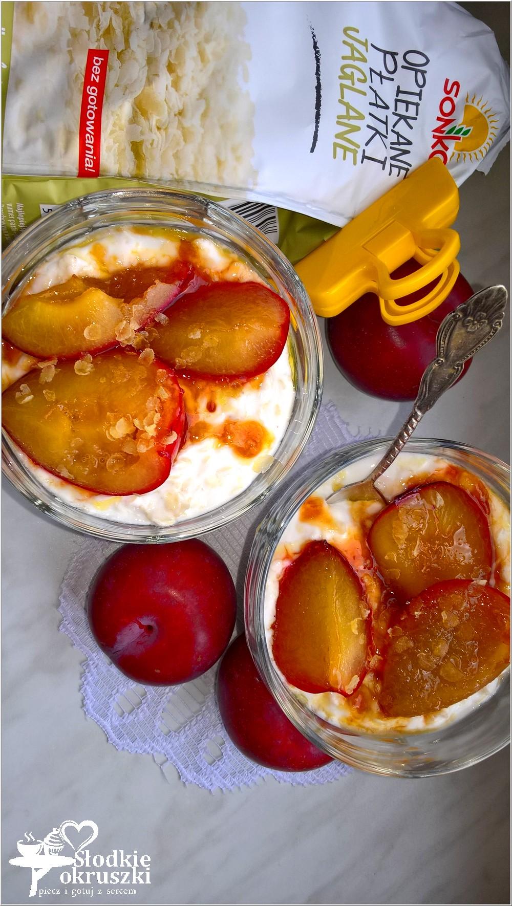 karmelizowane-sliwki-na-opiekanych-platkach-jaglanych-w-jogurcie