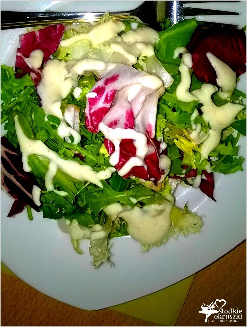 szybka-salatka-w-musztardowo-czosnkowym-sosie-jogurtowym