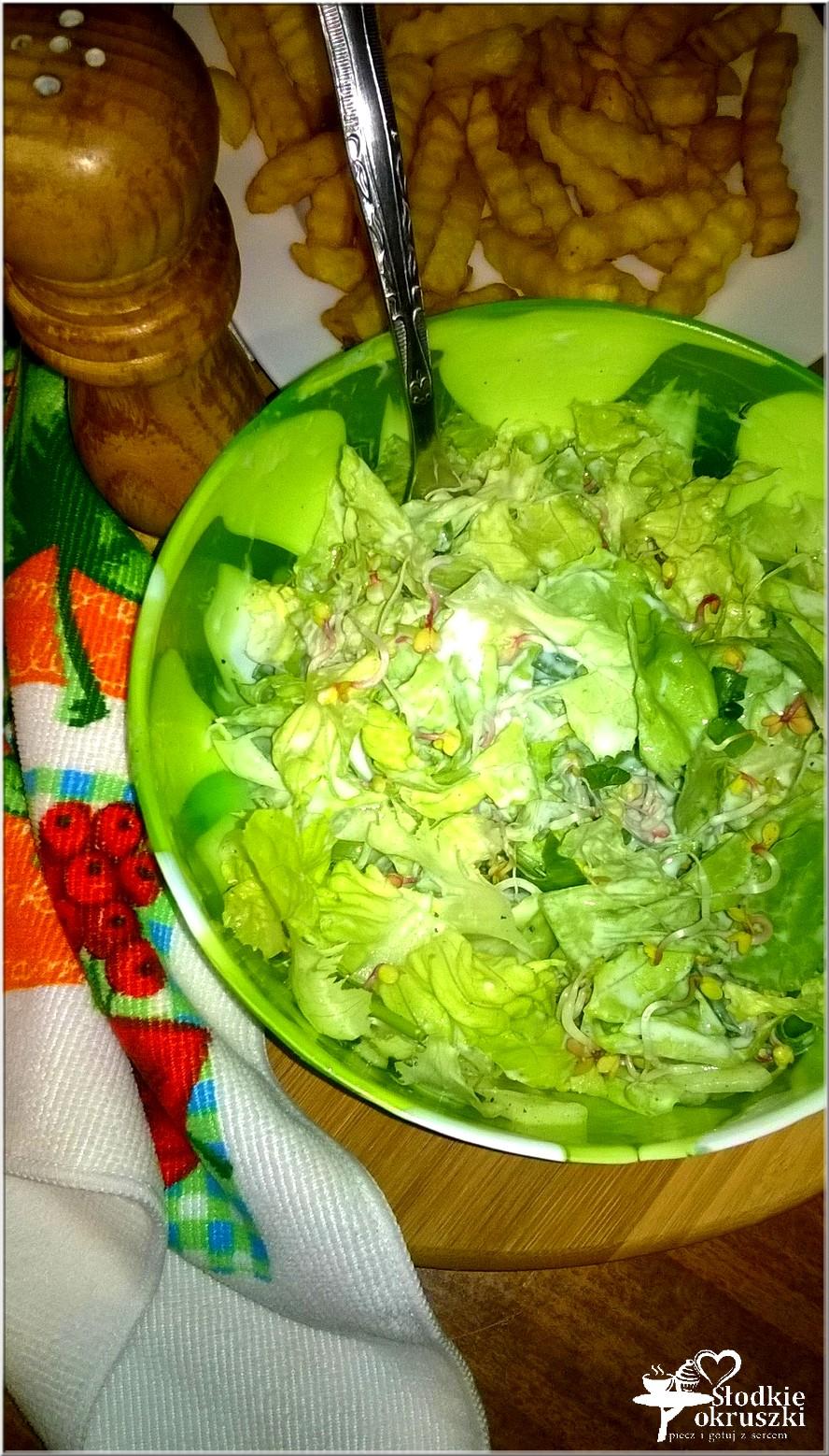 zielona-salatka-z-kielkami-i-ogorkiem