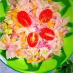 Makaronowa sałatka z wędzonym kurczakiem i sosem jogurtowo-madziarskim