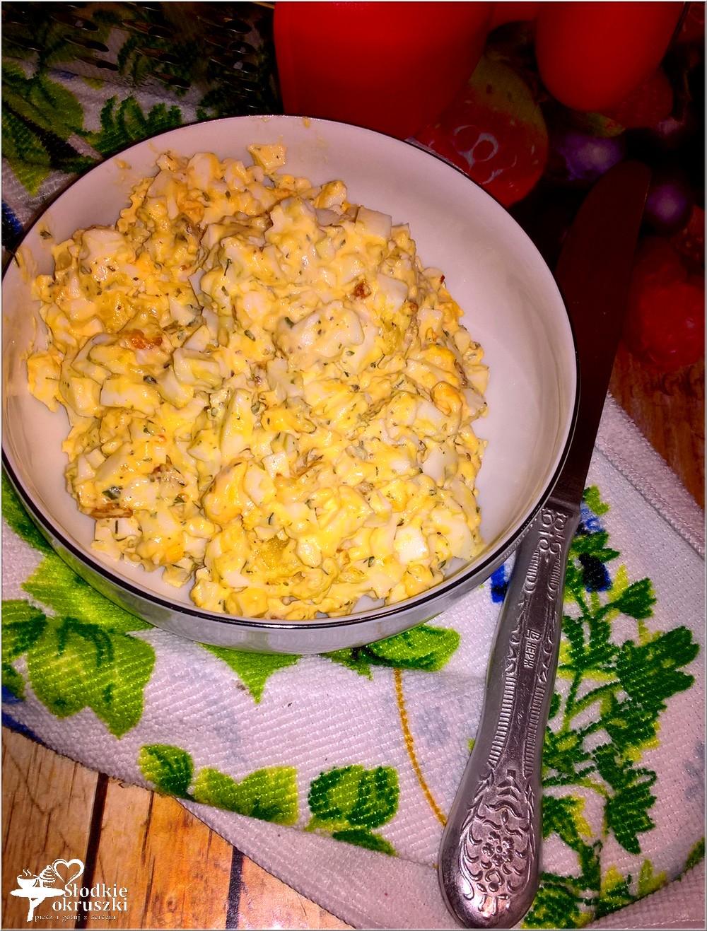 pasta-jajeczna-z-serem-prazona-cebulka-i-przyprawami