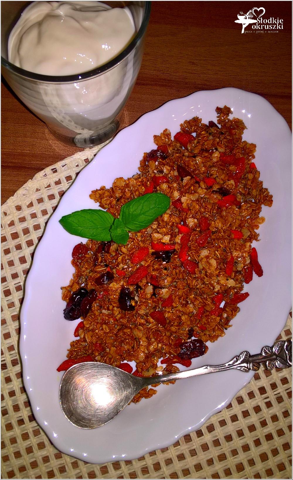 domowa-granola-z-melasa-i-jagodami-goji-1