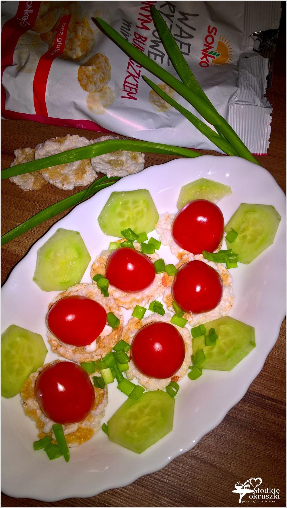 nadziewane-pomidorki-na-ryzowo-buraczanych-wafelkach-szybka-przekaska-2