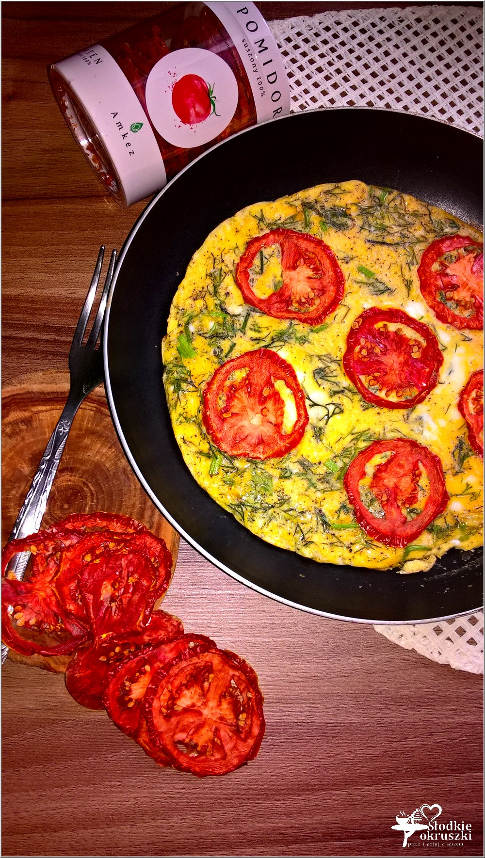 omlet-z-suszonym-pomidorem-i-koperkiem