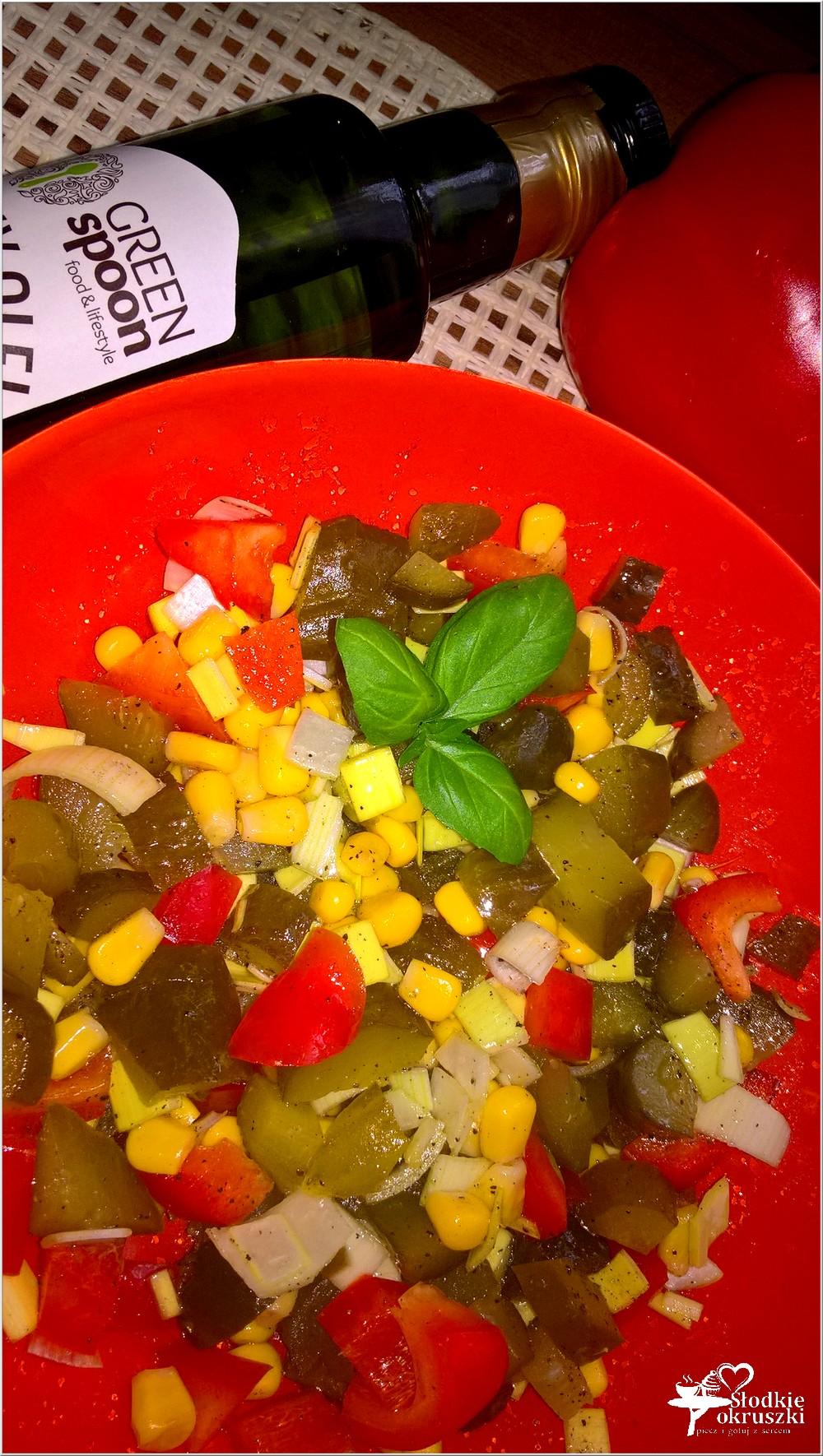 salatka-z-ogorkiem-kiszonym-papryka-i-kukurydza-2
