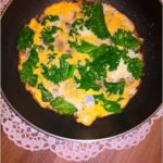 Lekki omlet z pieczarkami, jarmużem i szpinakiem