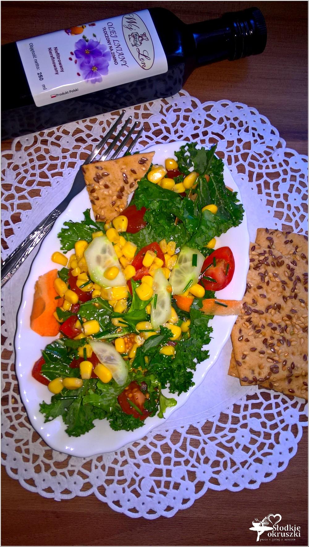 Zdrowa sałatka z kukurydzą, ogórkiem, pomidorkami i zielonym miksem (3)