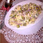 Lekka sałatka ryżowa z kiełkami, jajkiem i ogórkiem