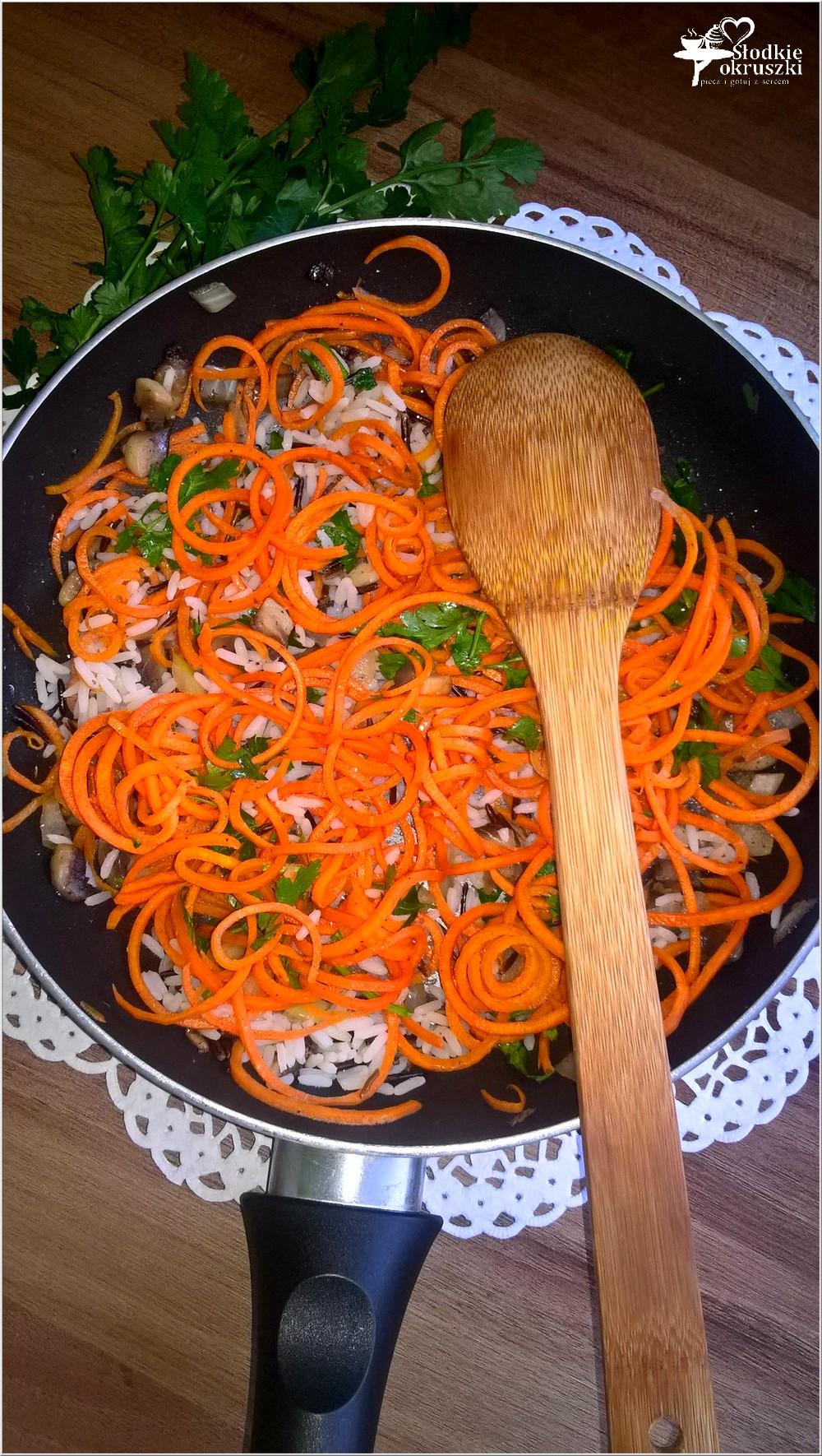 Warzywne spaghetti z ryżem i pieczarkami. Lekki obiad (1)