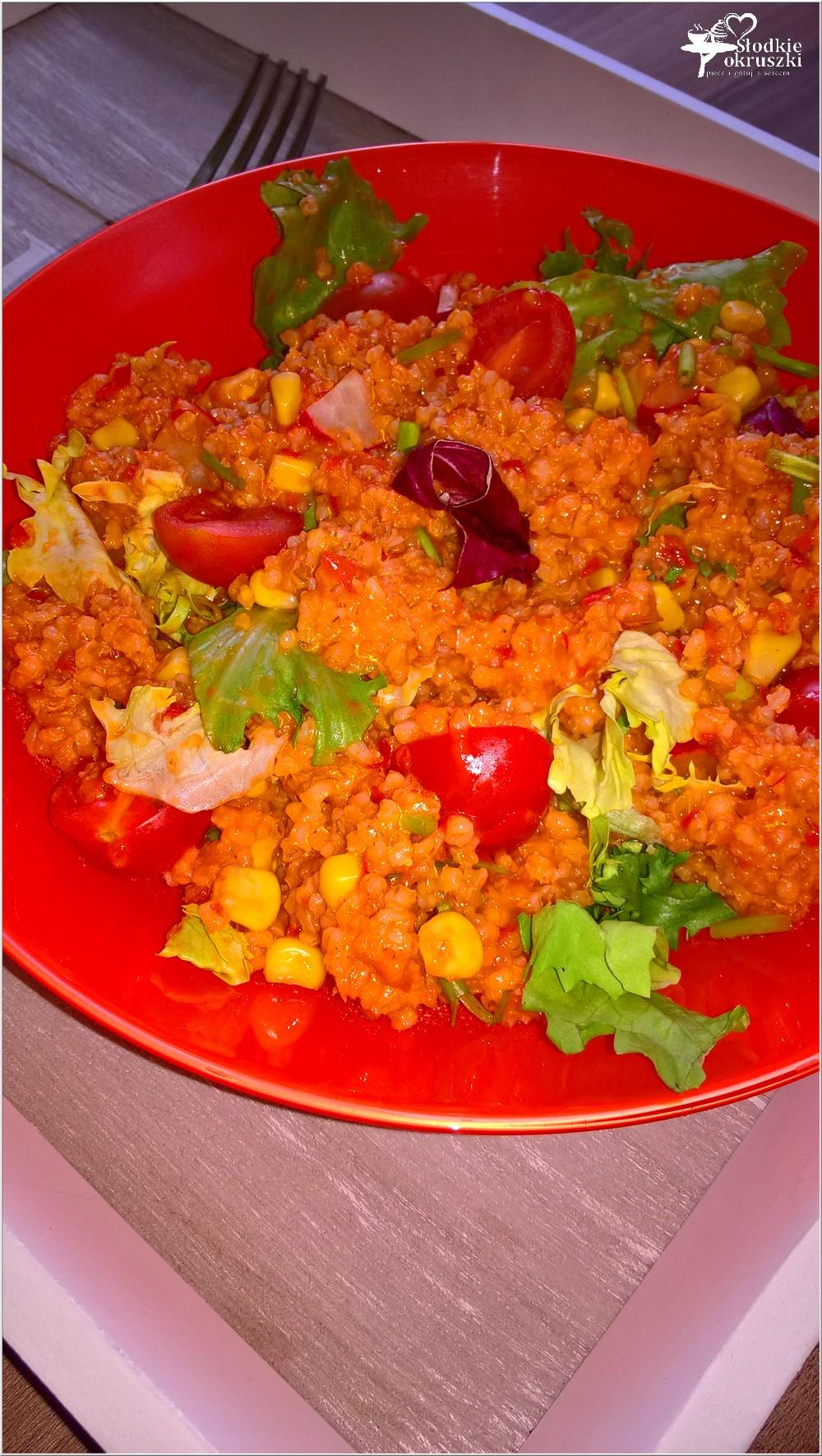 Zdrowa sałatka na bazie kaszy jęczmiennej (z ajvarem) (3)
