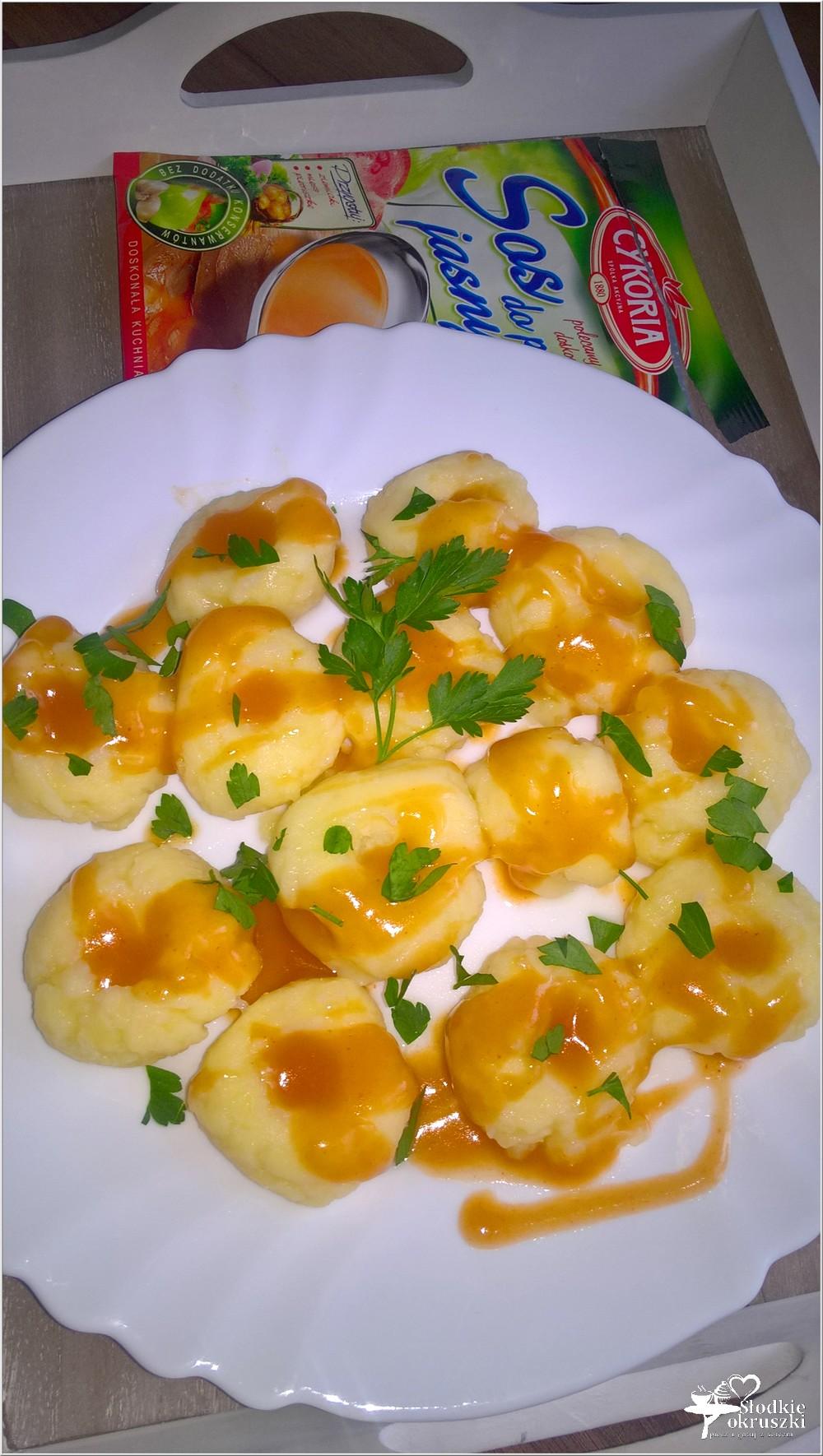 Kluski ziemniaczane w sosie (kluski z dziurką) (1)