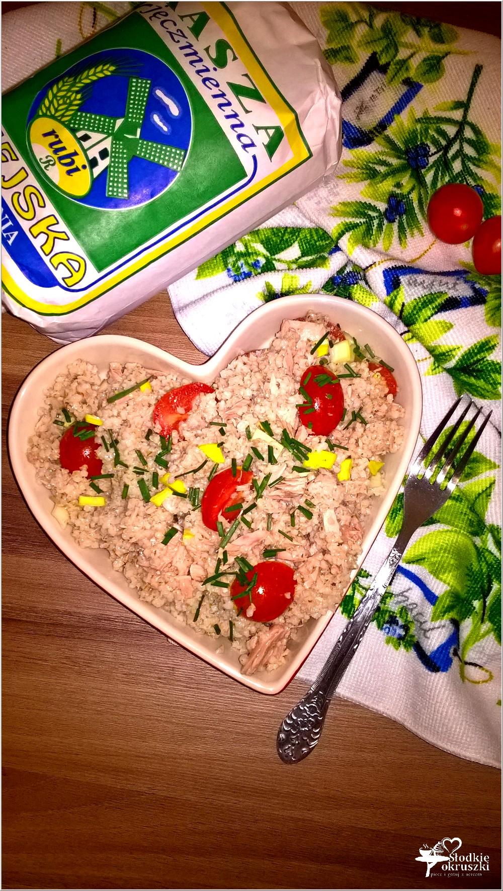 Sałatka z tuńczykiem, kaszą jęczmienną i dodatkami (1)