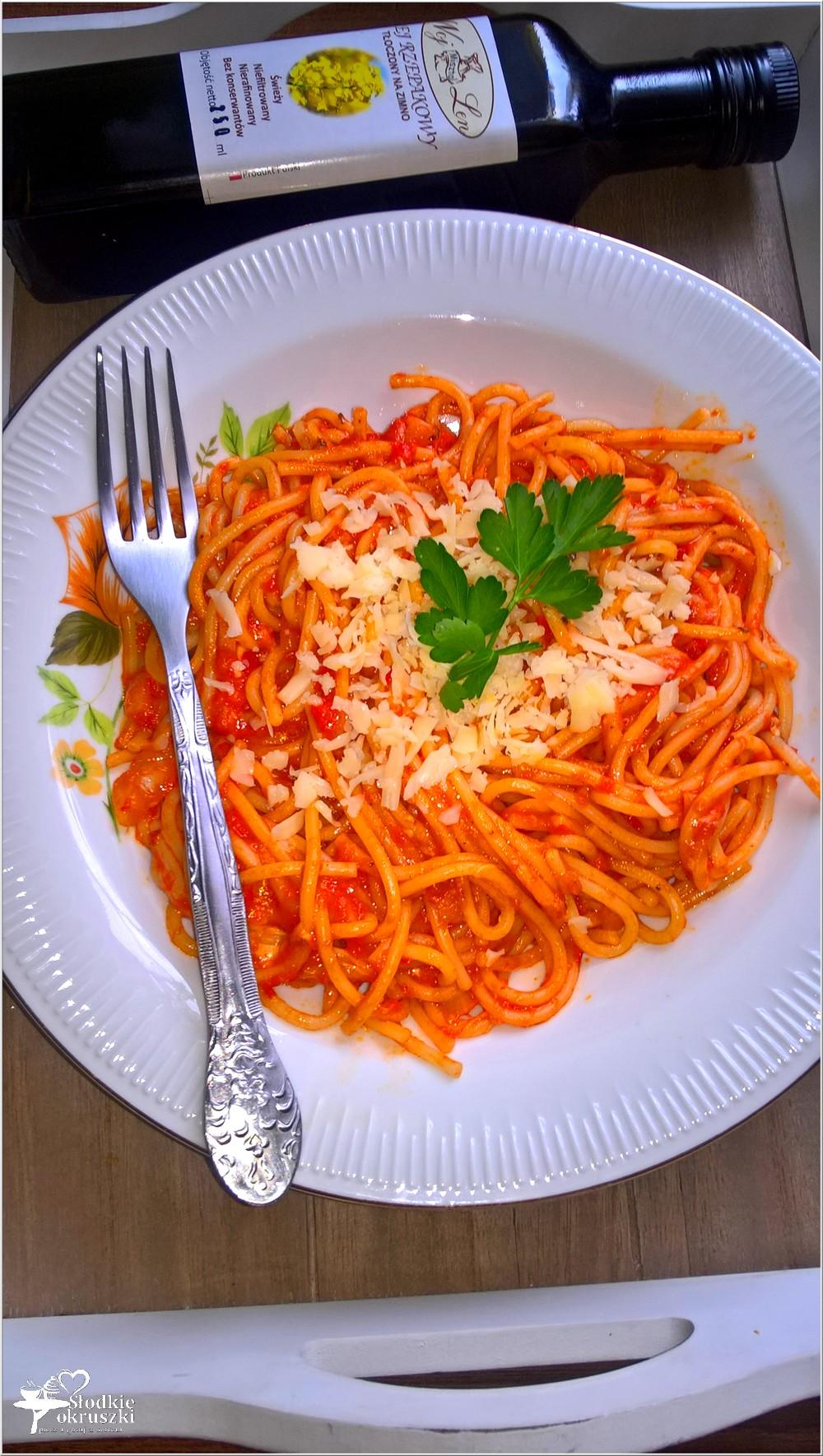 Spaghetti w czerwonym paprykowo-serowym sosie