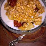 Szybka bananowa granola z miechunką i płatkami migdałowymi