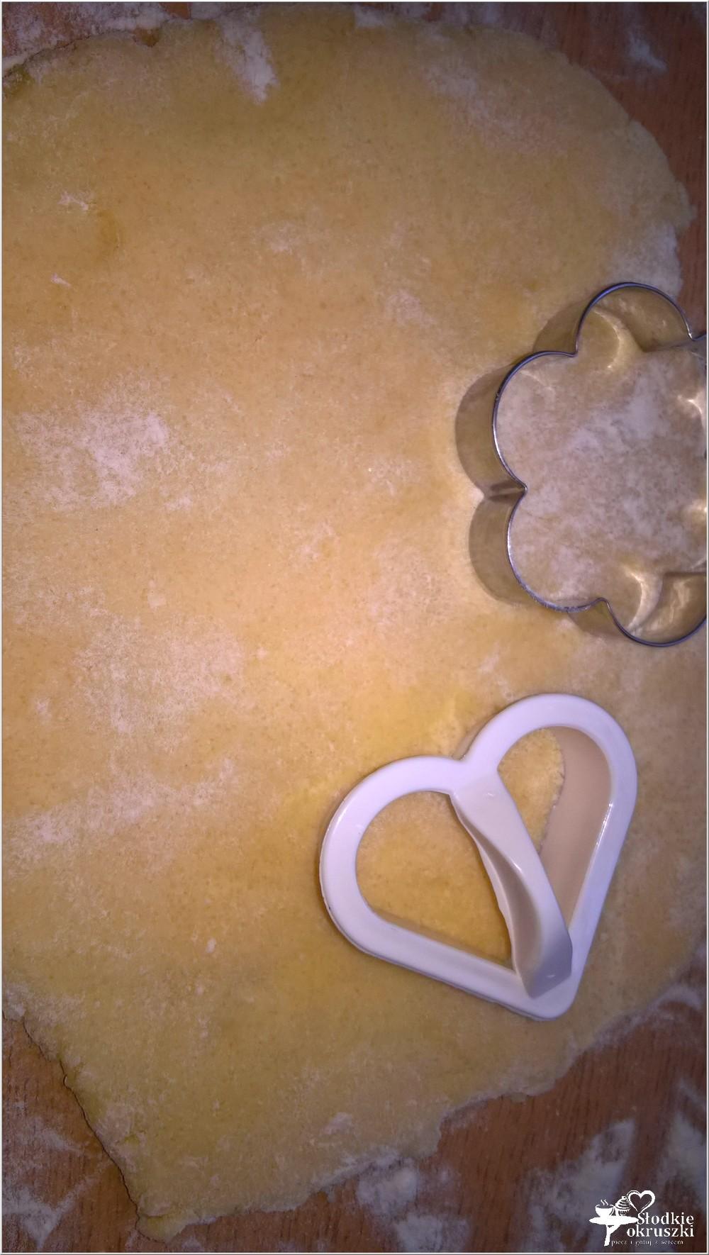 wycinanie ciasteczek herbacianych