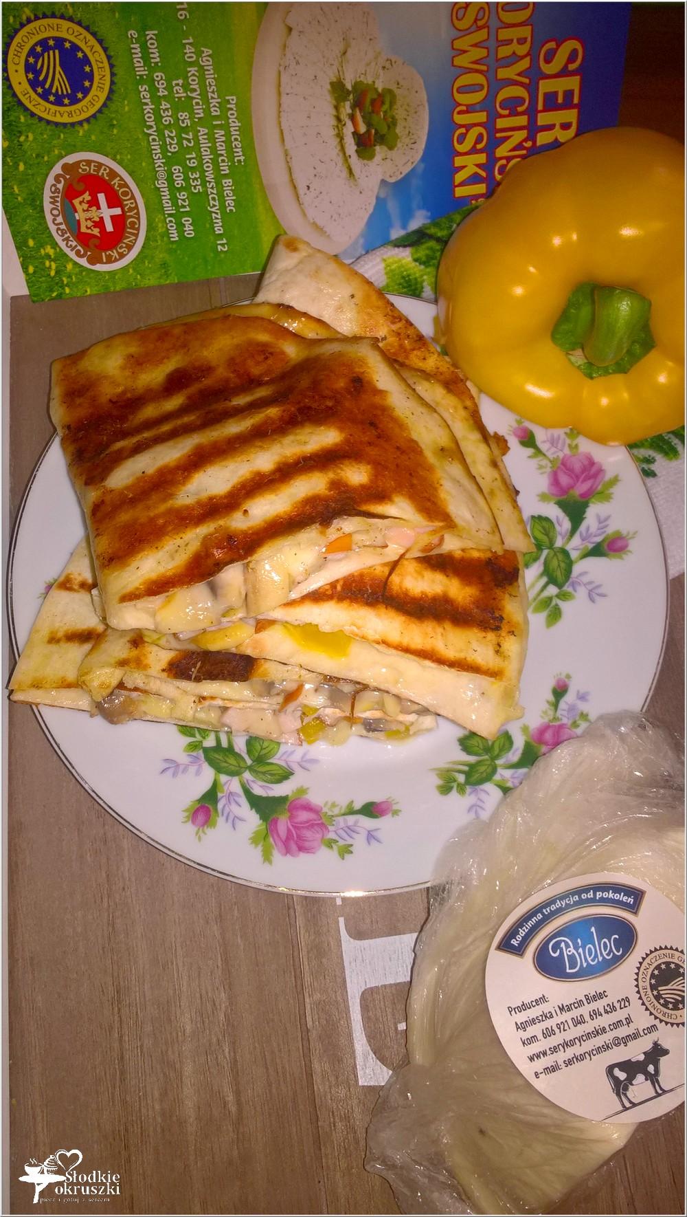 Grillowane tortille z serem korycińskim, kurczakiem i pieczarkami (1)