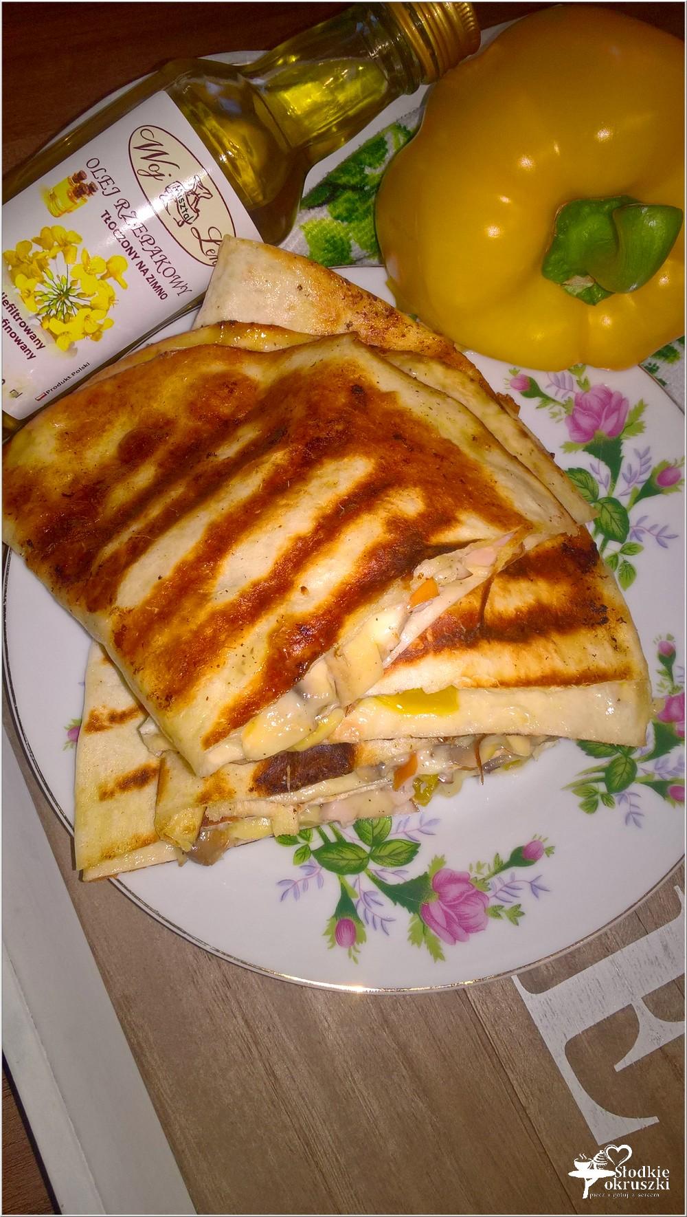 Grillowane tortille z serem korycińskim, kurczakiem i pieczarkami (4)