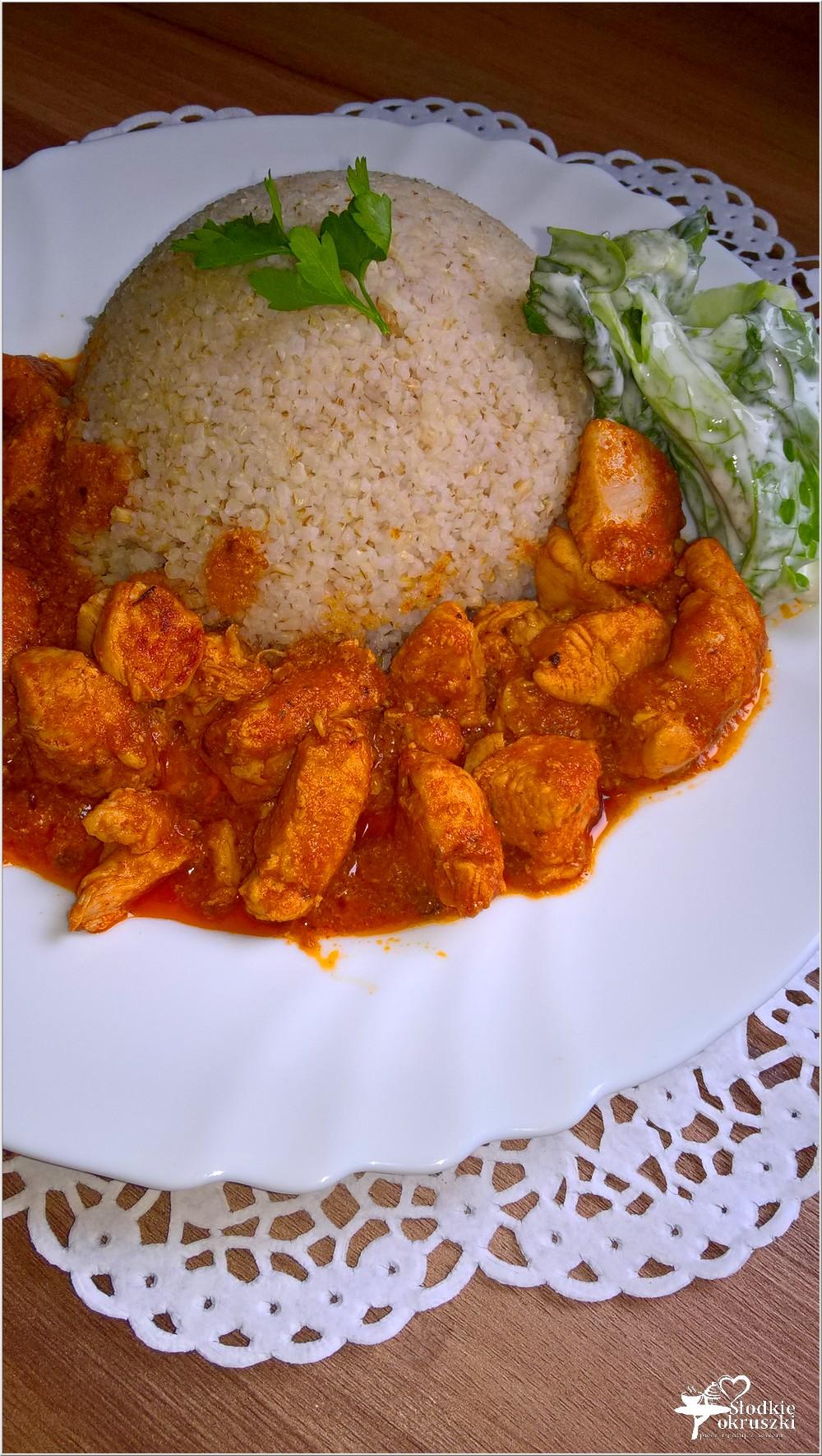Piersi z kurczaka w pomidorowym sosie podane z kaszą jęczmienną (2)