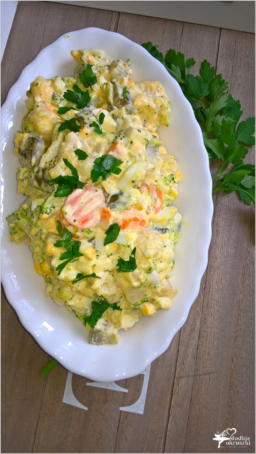 Szybka sałatka z brokułem, kalafiorem i ogórkami (1)