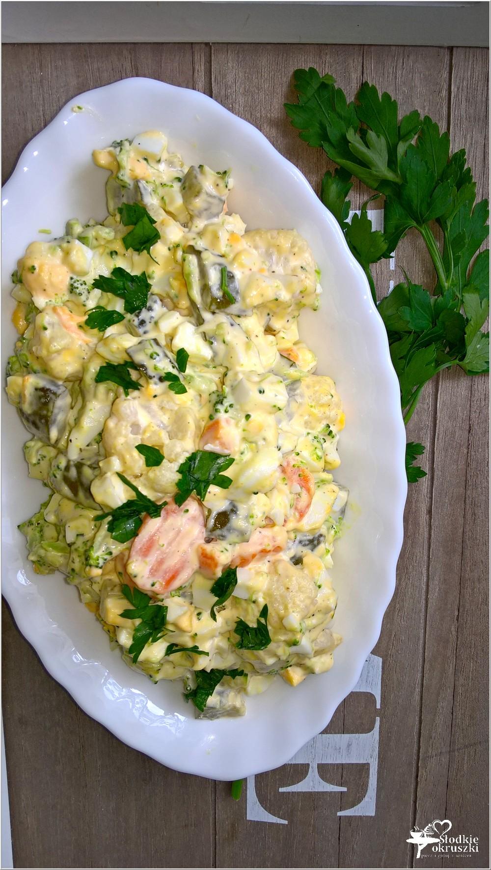 Szybka sałatka z brokułem, kalafiorem i ogórkami (3)
