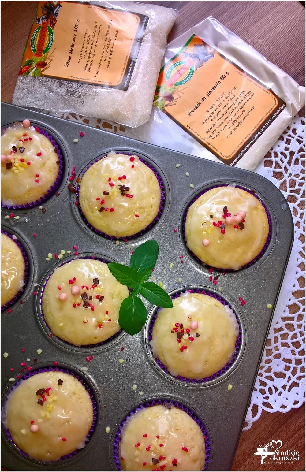 Delikatnie malinowe babeczki z cytrynowym lukrem (3)