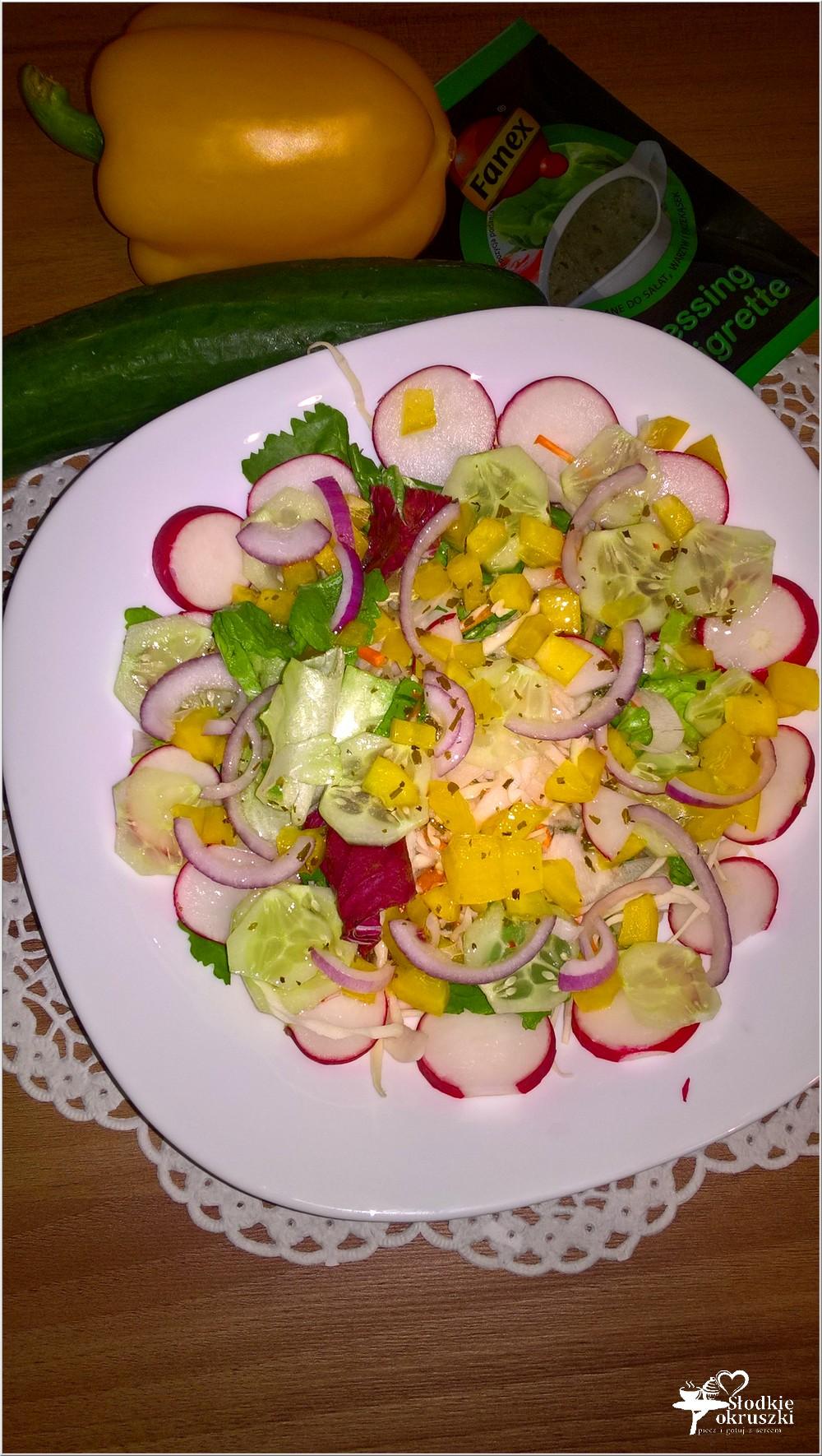 Kolorowa sałatka z dressingiem vinaigrette (2)