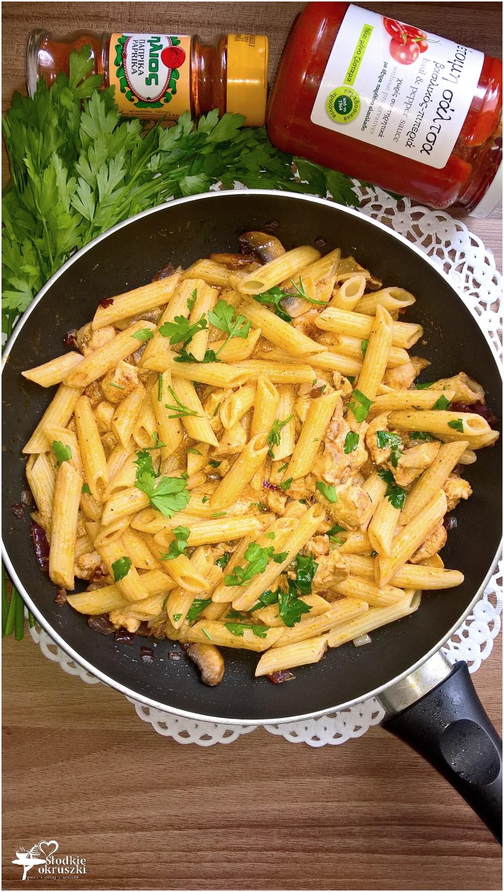 Penne z kurczakiem w sosie śmietanowo-pomidorowym z papryką i bazylią (2)
