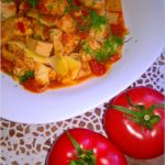 Piersi z kurczaka w sosie pomidorowo-paprykowym z makaronem