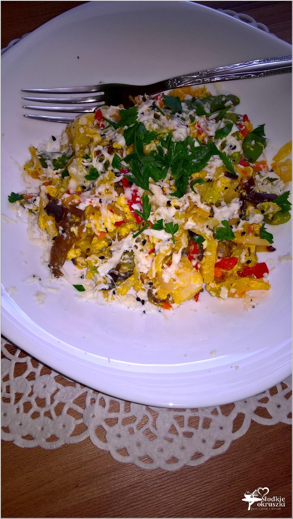 Smażone warzywa z jajkiem i serem korycińskim (2)