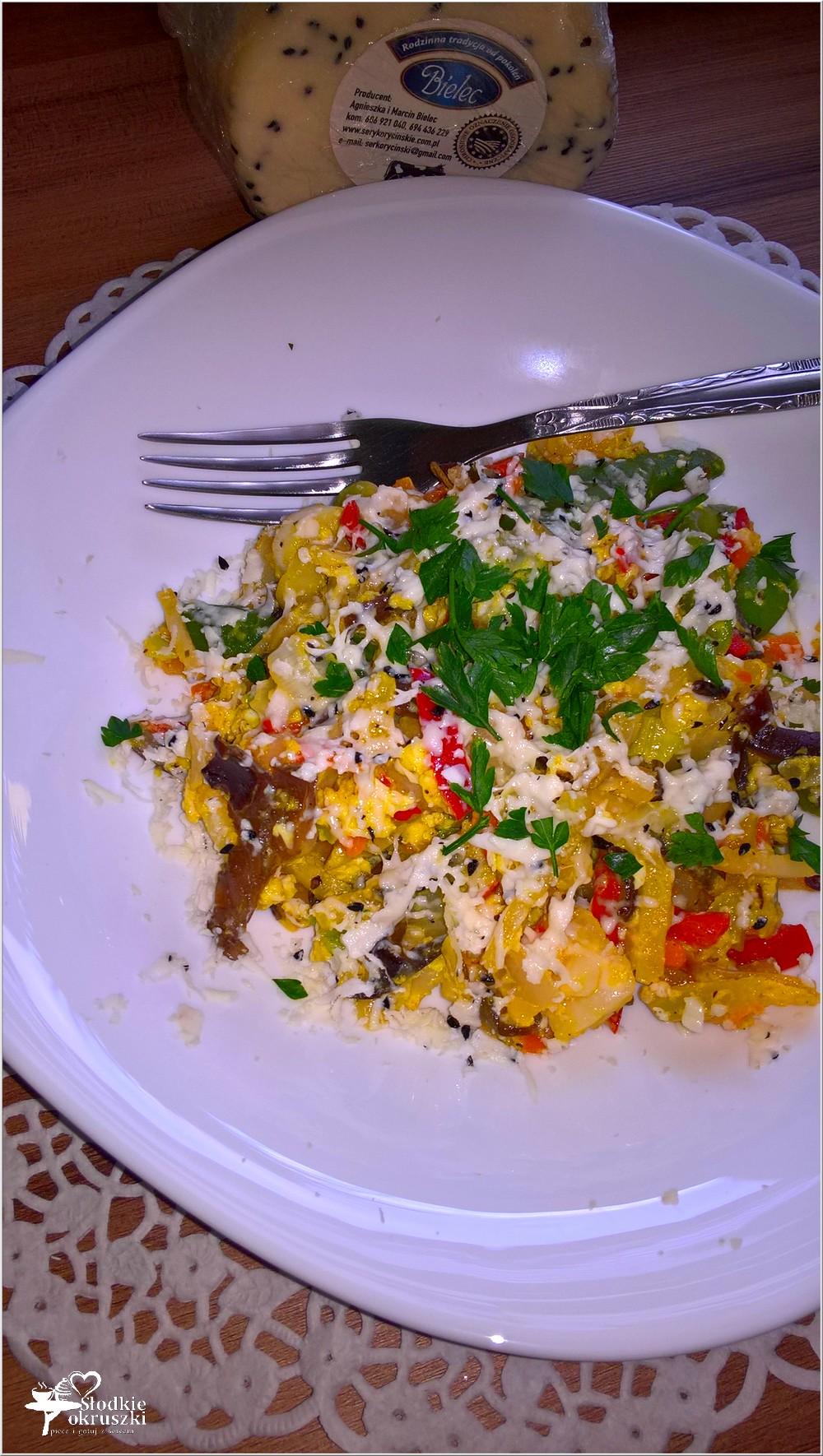Smażone warzywa z jajkiem i serem korycińskim (3)