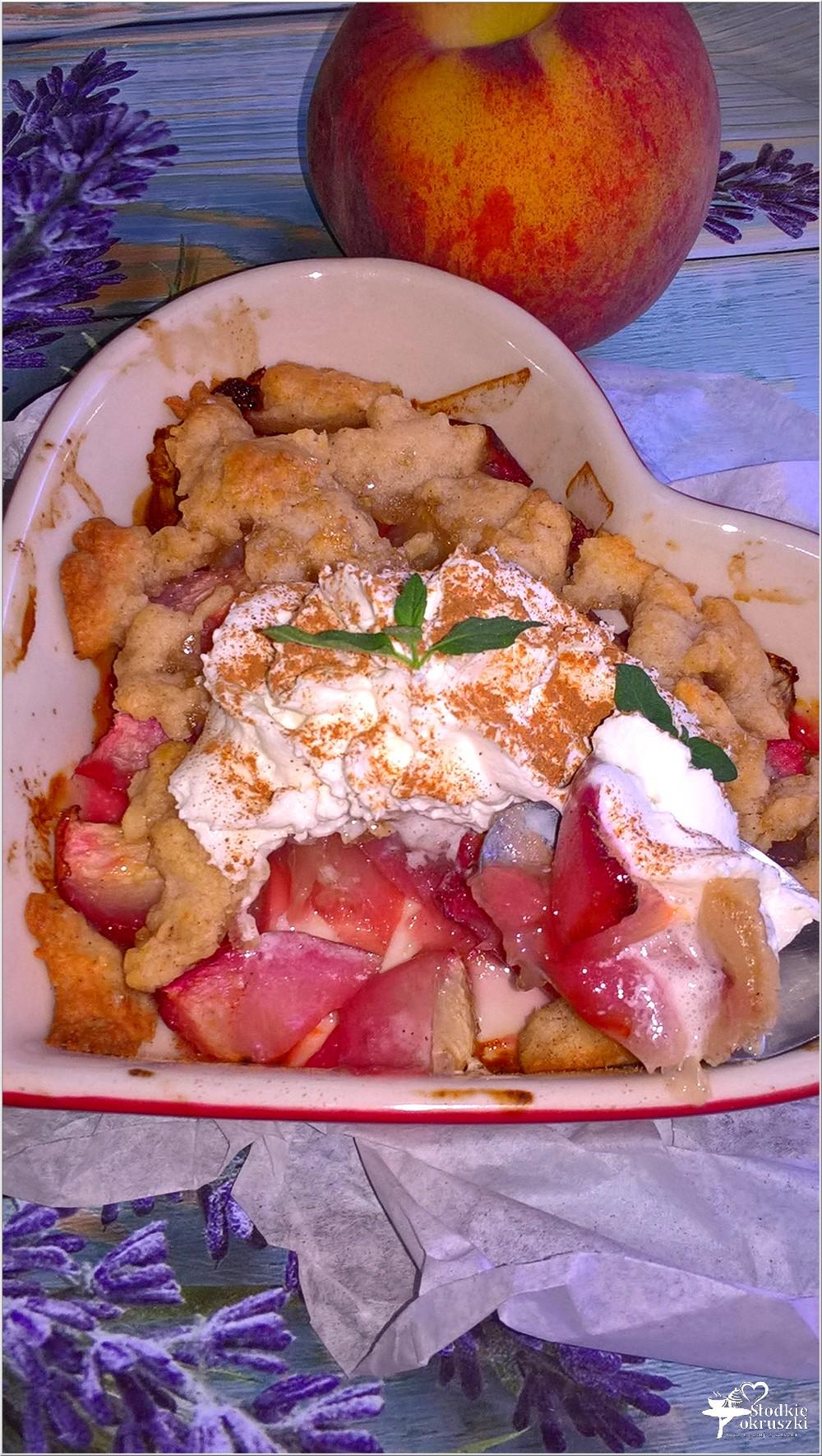 Pieczone brzoskwinie pod cynamonowym ciastem